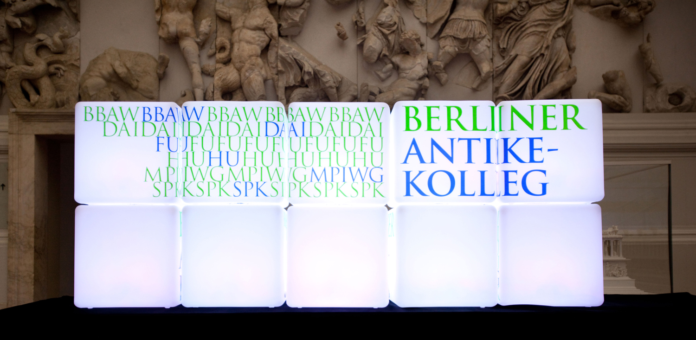 Lichtinstallation mit Logo des Berliner Antike-Kolleg