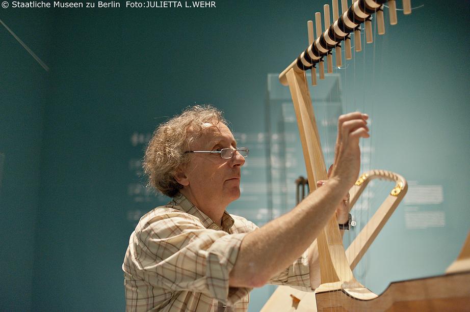 JdH _ Graham Lawson pitches the musical instruments (c) Julietta Wehr