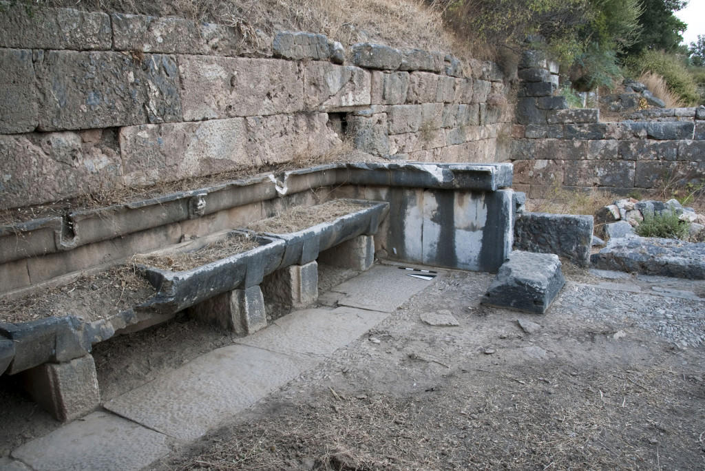 Wash basins in the lower gymnasion at Priene. Foto U. Mania