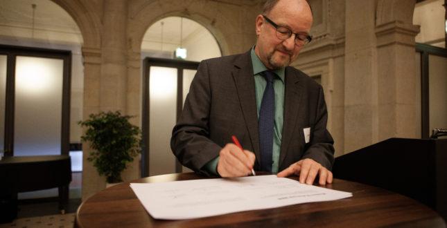 Michael Meyer unterzeichnet das Mission Statement bei der Kick-off Veranstaltung Edition Topoi | Foto: Waldemar Brzezinski | © EXC Topoi