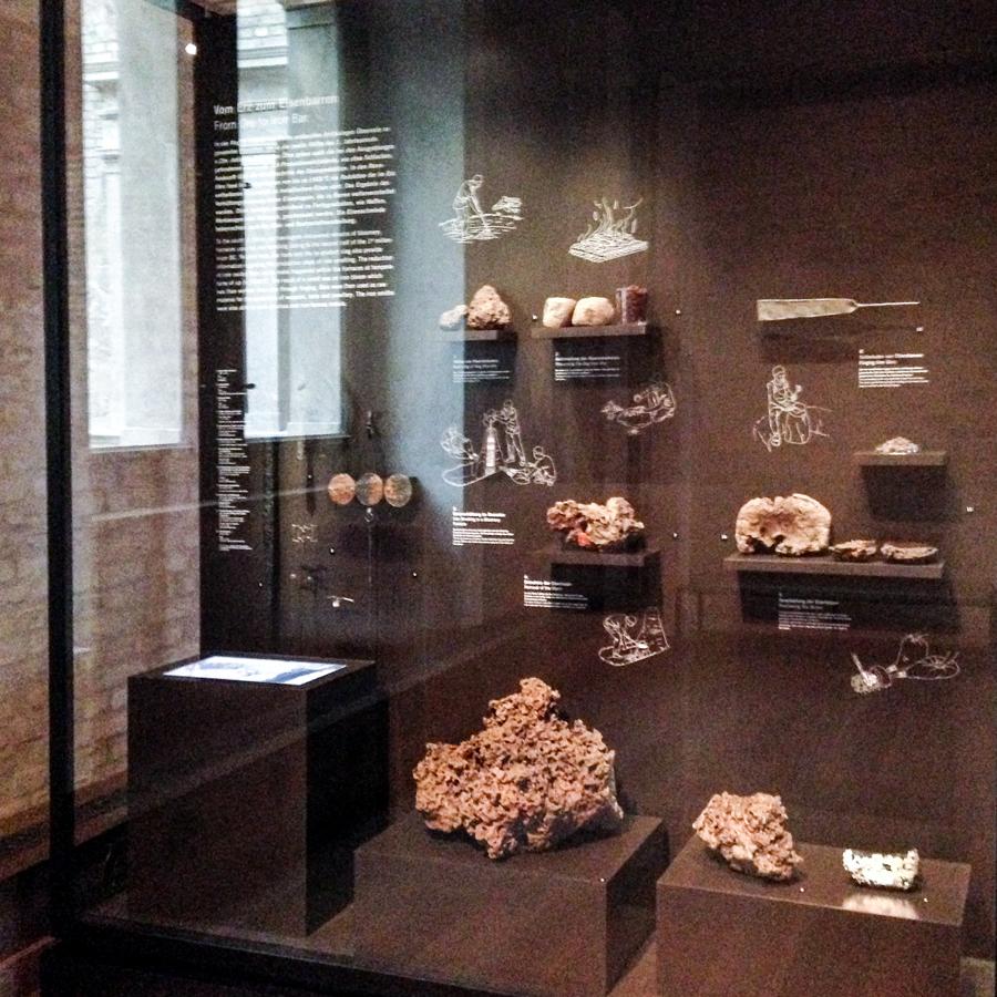 Vitrine zur Eisenzeit im Neuen Museum Berlin