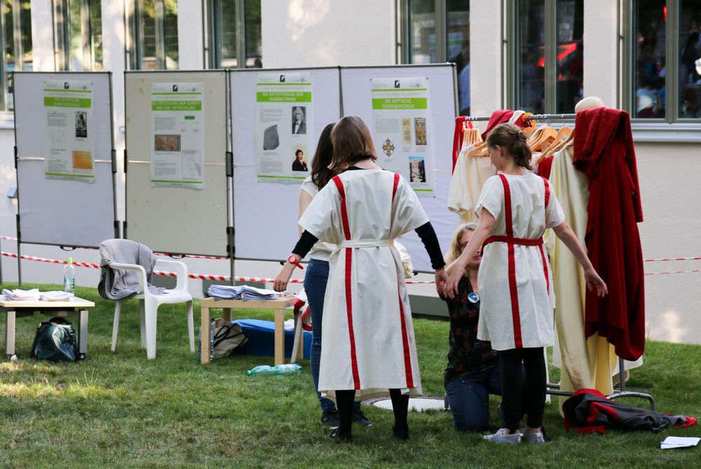 Weiße Stoffbahnen, zusammengehalten von Broschen, Nadeln und Gürteln kleideten in der Antike sowohl Männer als auch Frauen. Besucherinnen und Besucher konnten die Vielfalt antiker Bekleidung kennenlernen und sich in antikem Look eingekleiden lassen.