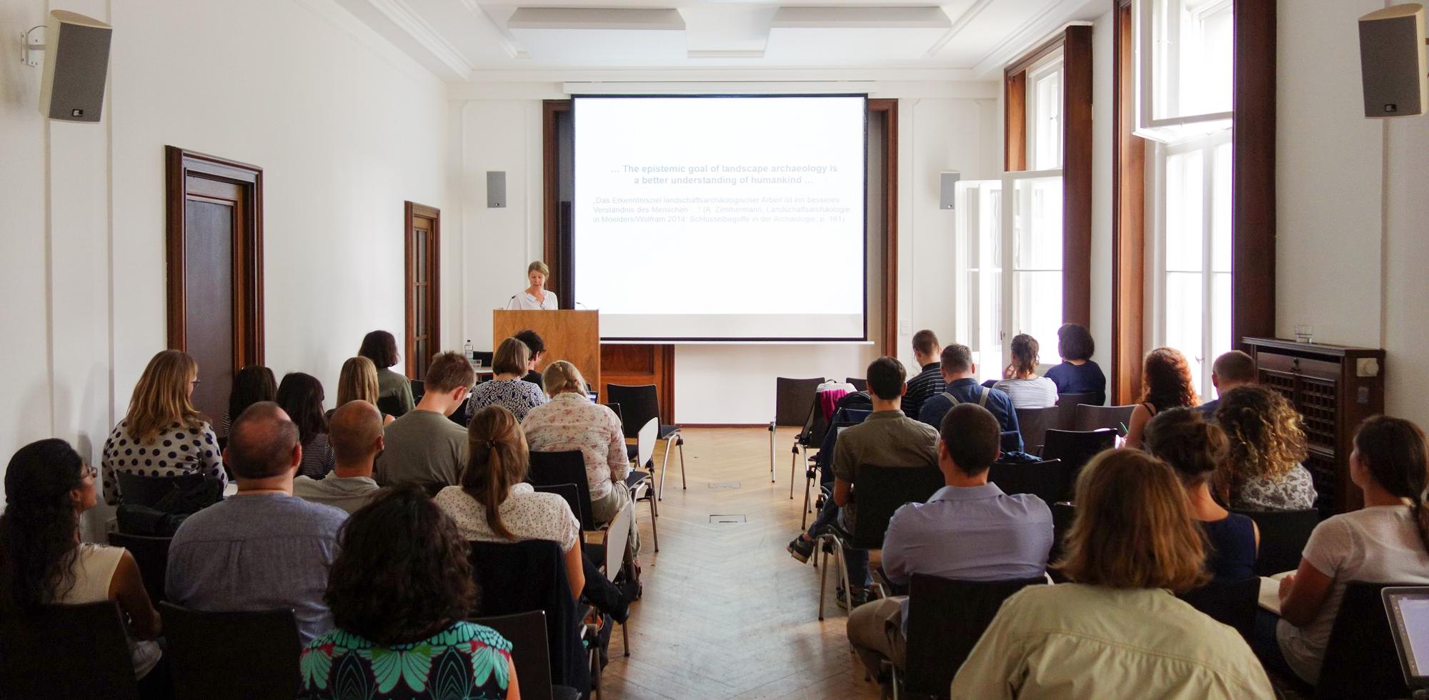 Almut Schülke vom Museum of Cultural History, Oslo eröffente den Workshop mit einem Vortrag über Theorien und Konzepte in der Landschaftsarchäologie | Foto: Berliner Antike-Kolleg