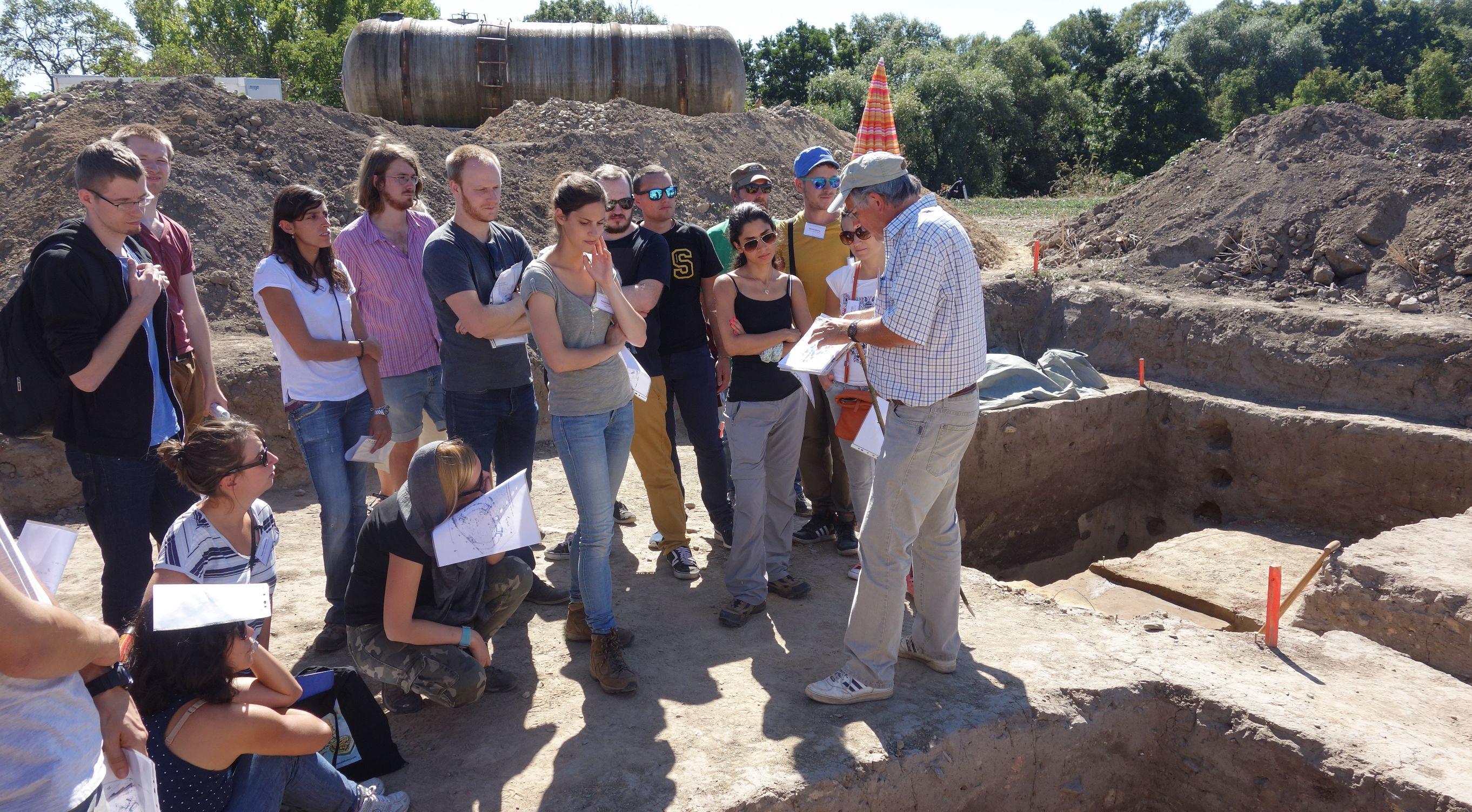 Der Archäologe Wolfram Schier führte die Teilnehmer durch die Ausgrabung einer neolithischen Kreisgrabenanlage in Quedlinburg | Foto: Berliner Antike-Kolleg