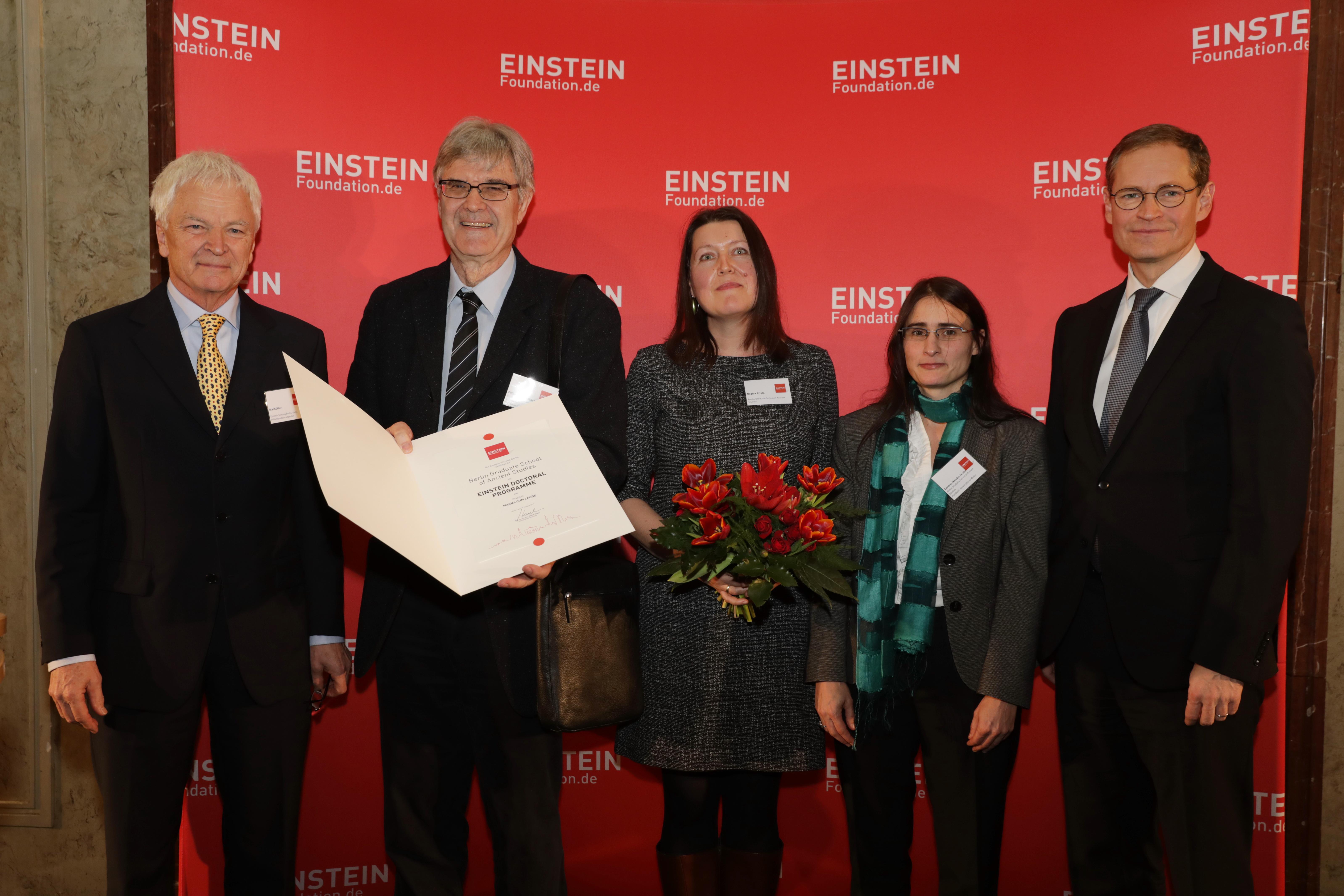 Pressefoto der Urkundenübergabe an die BerGSAS   Foto: Sebastian Gabsch, Einsteinstiftung