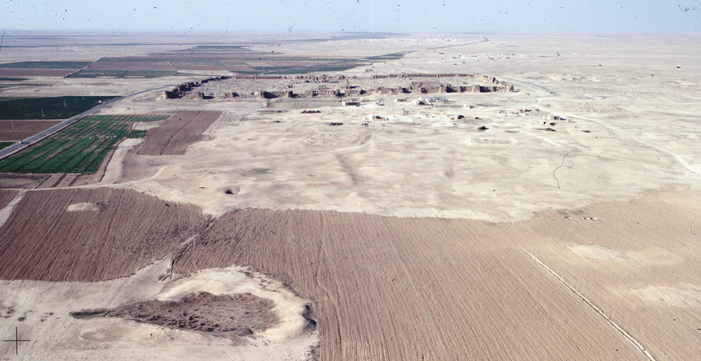 Resafa, walled city and settlement remains in its surrounding, view from the south (M. Stephani/DAI, 1999).