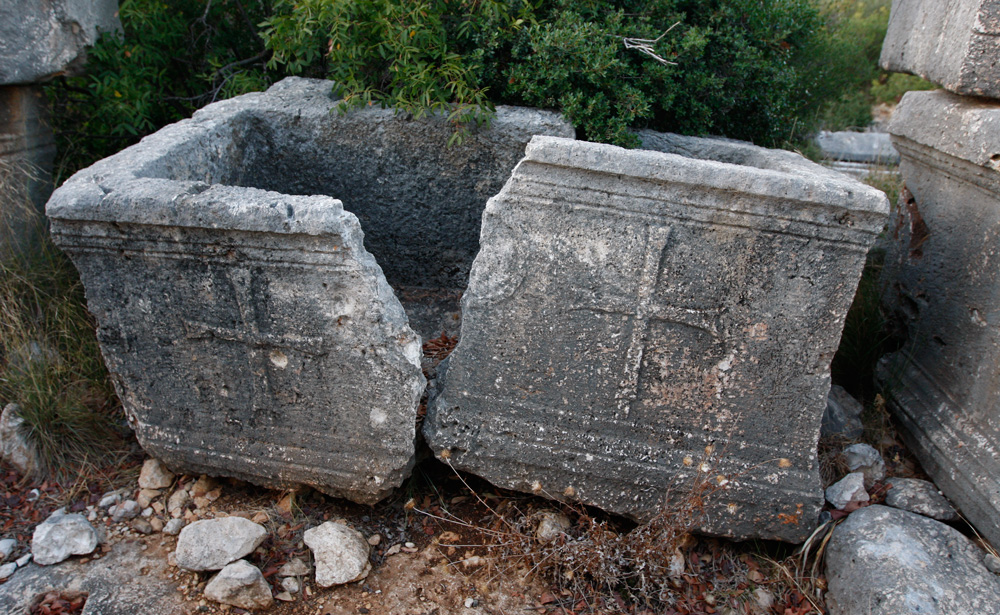 Christian sarcophagus in the necropolis of Corycus | © Philipp Pilhofer and Susanne Froehlich