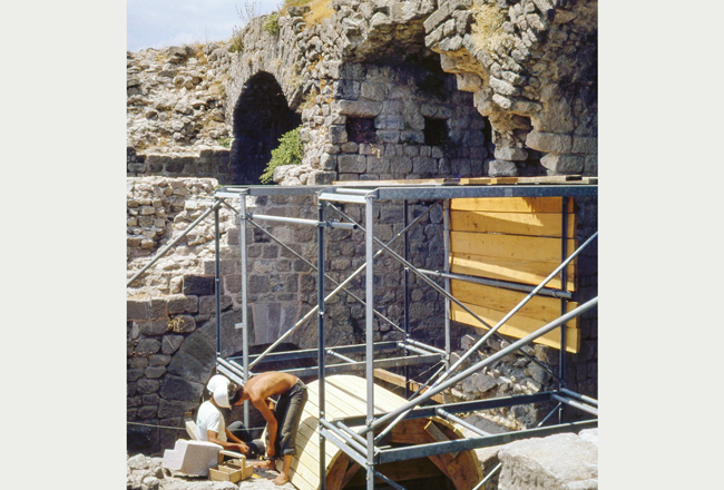 Pergamon, restoration and partial Anastylosis of the Traianeum: the temple as a training place | Photo: K. Nohlen (1980)