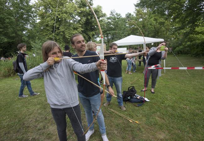 Die Jagd war ein wichtiger Teil des Alltags im Altertum. Wie man mit Pfeil und Bogen schießt, konnten Interessierte im Garten des Topoi Hauses erlernen | Foto: BErnd Wannenmacher