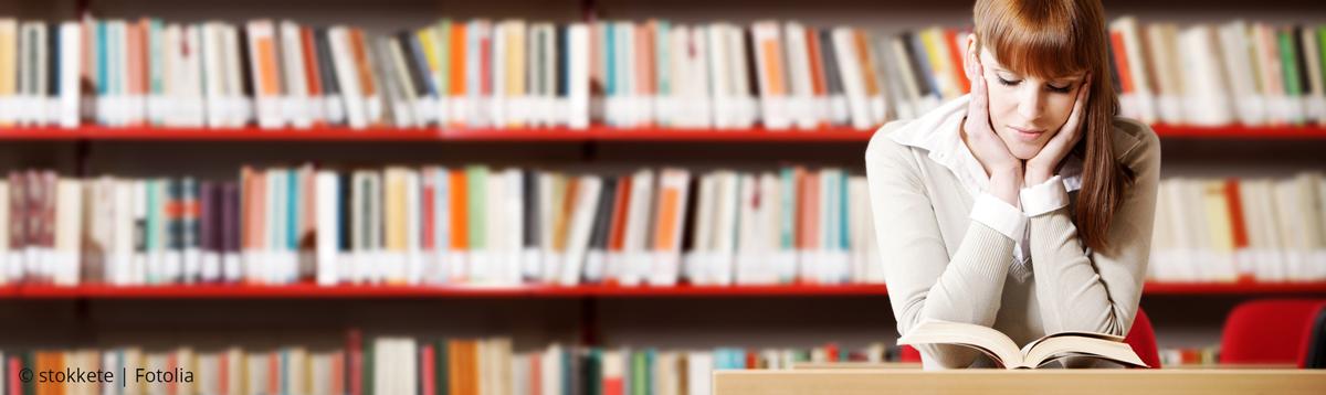 Studentin in Bibliothek | ©-stokkete fotolia