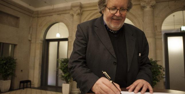 Gerd Graßhoff unterzeichnet das Mission Statement bei der Kick-off Veranstaltung Edition Topoi | Foto: Waldemar Brzezinski | © EXC Topoi