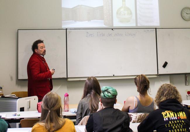 Stefan Weber, Direktor des Museums für Islamische Kunst, hält einen Vortrag zur frühen islamischen Kultur vor Schülerinnen und Schülern sowie Lehrenden des Rheingau-Gymnasiums | Foto: EXC Topoi