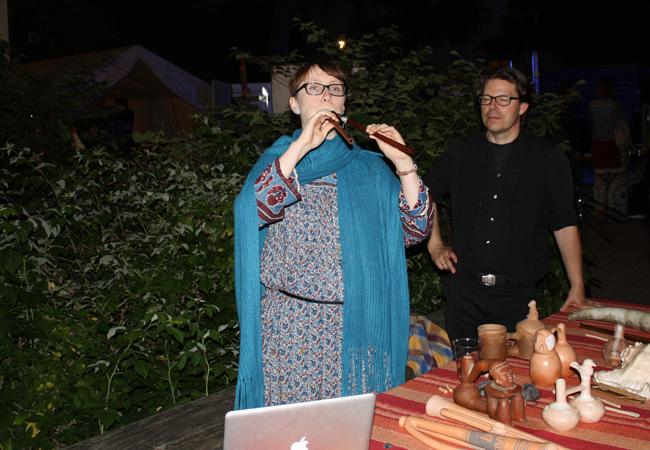 Olga Sutkowska mit einer griechischen Aulo | Foto: Hauke Ziemssen