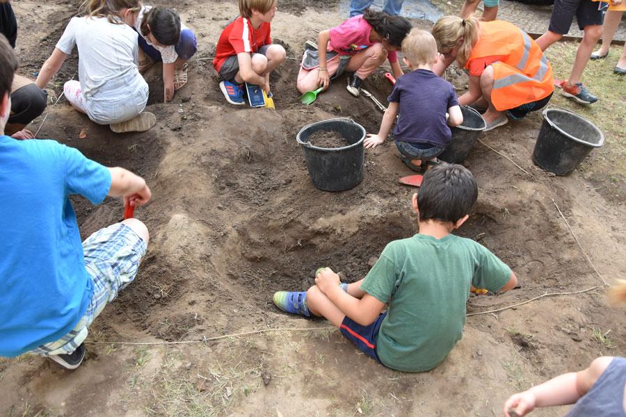 LNDW 2018 Topoi / Archäologische Kindergrabung im Vorgarten des Topoi-Hauses