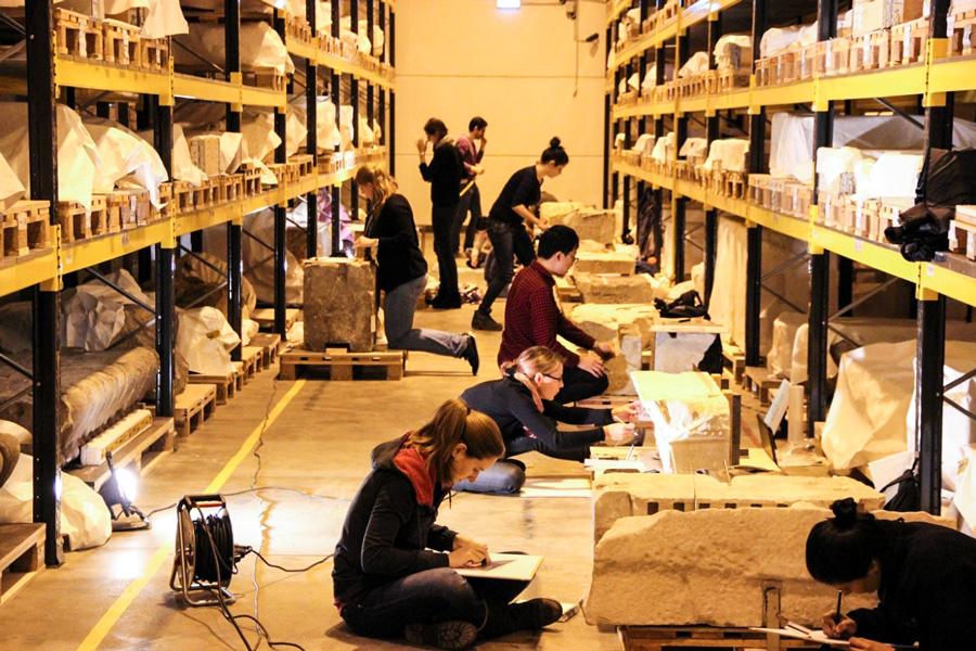 Bauforschung im Depot des Pergamonmuseums   Foto: Moritz Taschner