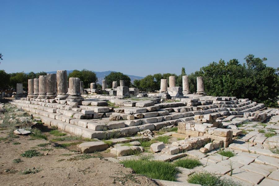 Tempel der Hekate in Lagina mit einem durch Erdbeben stark verworfenen Stufenbau